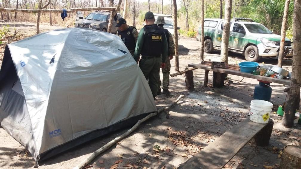 Barracas armadas em meio à área indígena — Foto: PF/ Divulgação