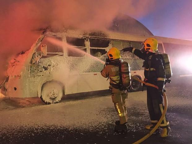 Bombeiros combatem incêndio em micro-ônibus na EPTG, no sentido Taguatinga, na madrugada desta terça-feira (12) (Foto: Corpo de Bombeiros DF/Divulgação)