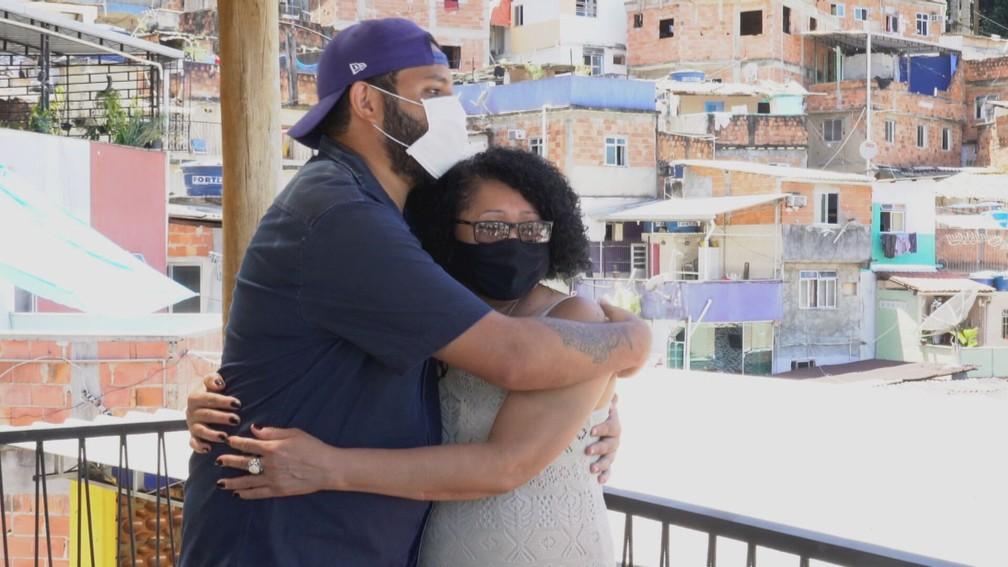 Mãe solo, Francisca mal sabe ler, mas segue firme na missão de ver o filho formado — Foto: Globo Repórter/ Reprodução