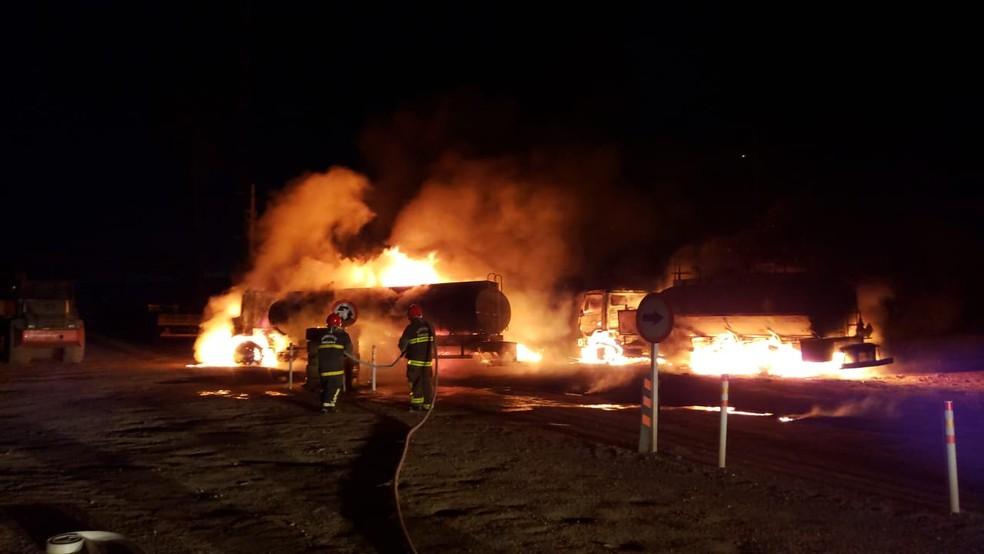 Caminhão carregado de combustível explode em canteiro de obras, na PB — Foto: Corpo de Bombeiros/Divulgação