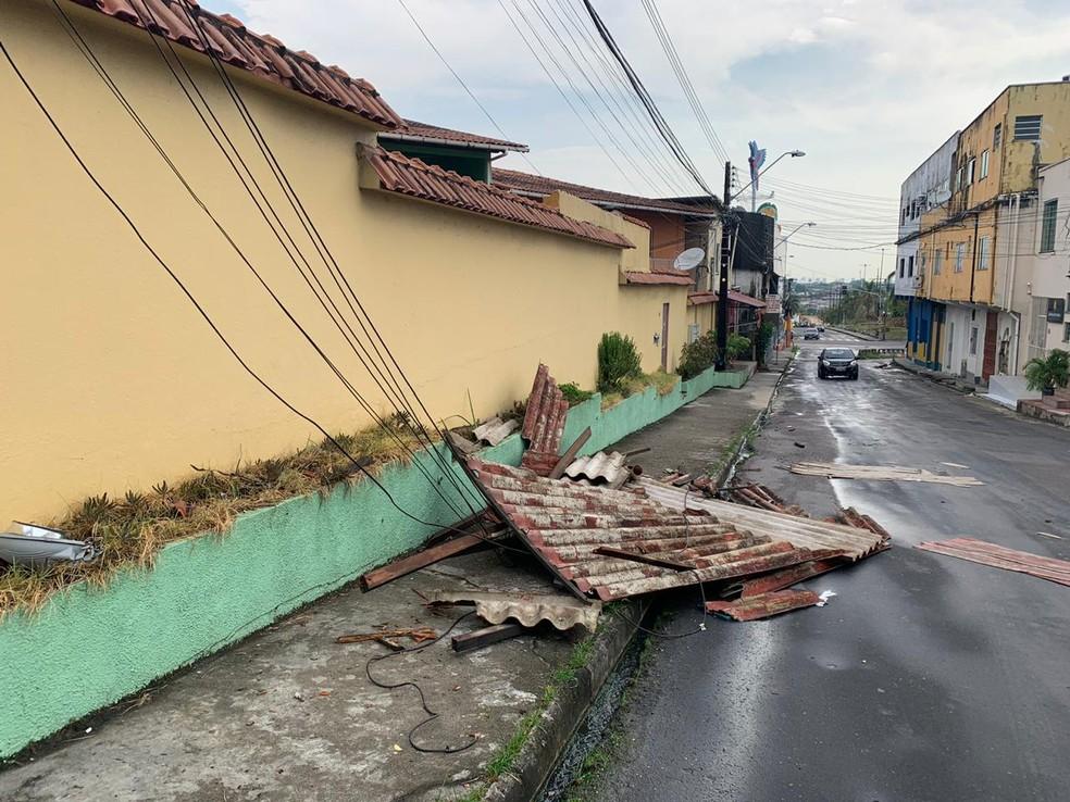 Tombamento de árvores e destelhamento de casas foram registrados.  — Foto: Onofre Martins
