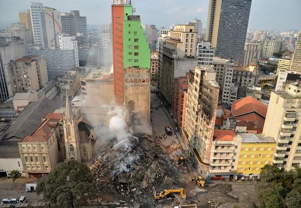 Bombeiros trabalham na busca pelos desaparecidos e retirada dos destroços do prédio que desabou da madrugada do dia 1º de maio em São Paulo, no Largo do Paissandu (Foto: Rovena Rosa/ Agencia Brasil)