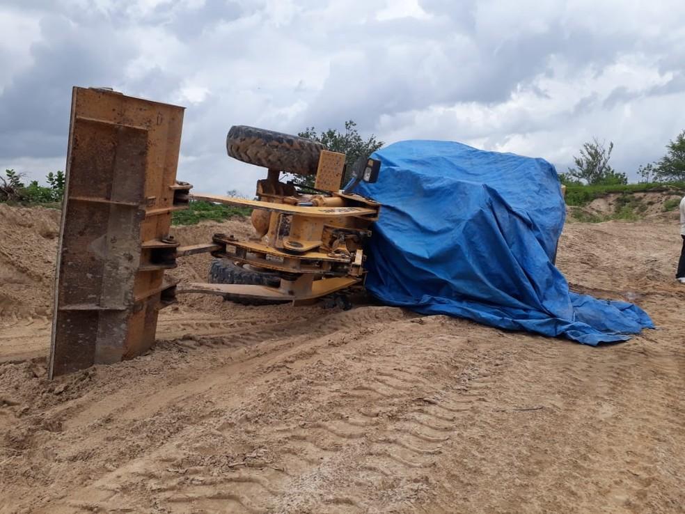 Escavadeira tomba e mata motorista em Limoeiro do Norte
