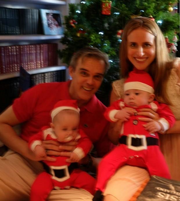 Dalton Vigh com a mulher, Camila Czerkes, e os filhos gêmeos  (Foto: Reprodução/Instagram)