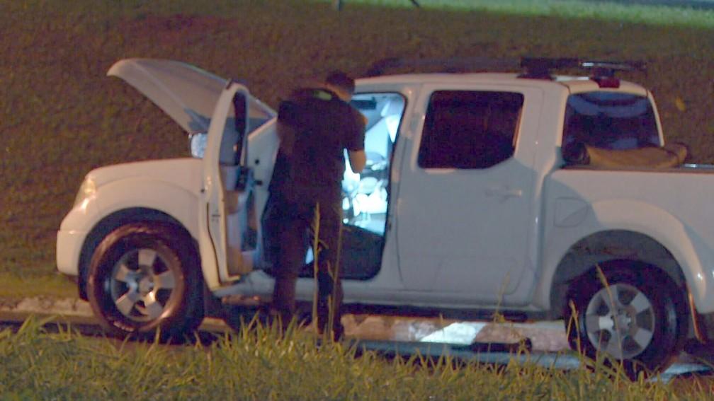 Perito inspeciona veículo após tiroteio em Itaguaí — Foto: Reprodução/TV Globo
