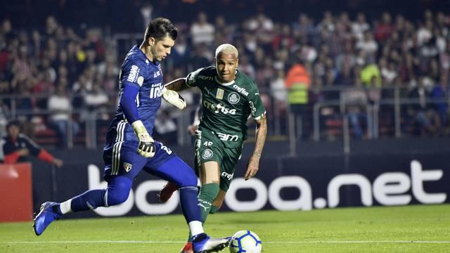 Volpi é pressionado por Deyverson em São Paulo x Palmeiras