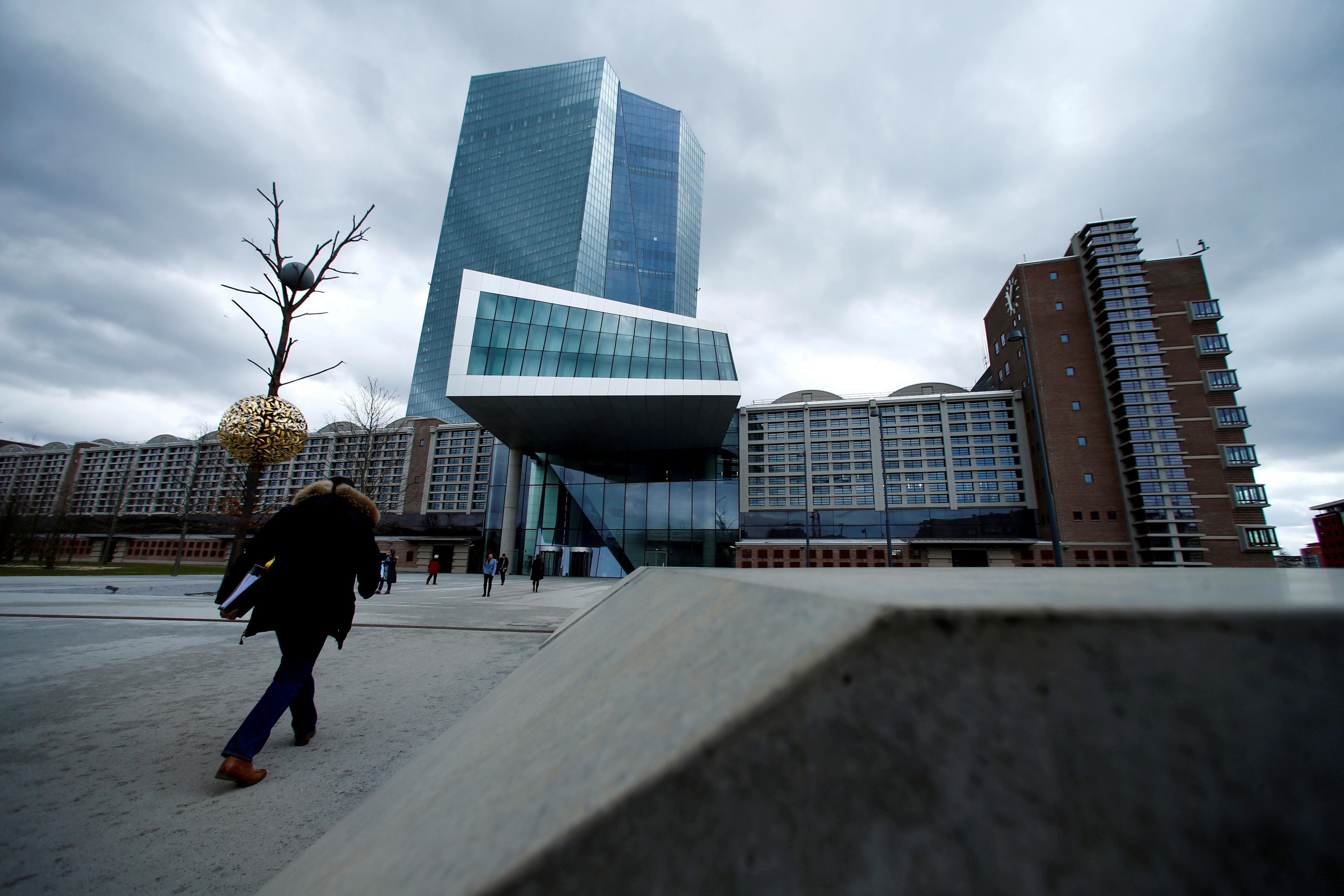 BCE mantém taxa de juros e enfrenta questões sobre redução de estímulo