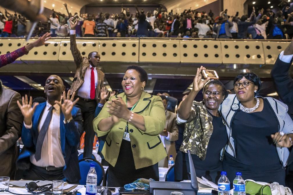 Parlamentares do Zimbábue comemoram a renúncia de Robert Mugabe — Foto: Jekesai Njikizana / AFP Photo