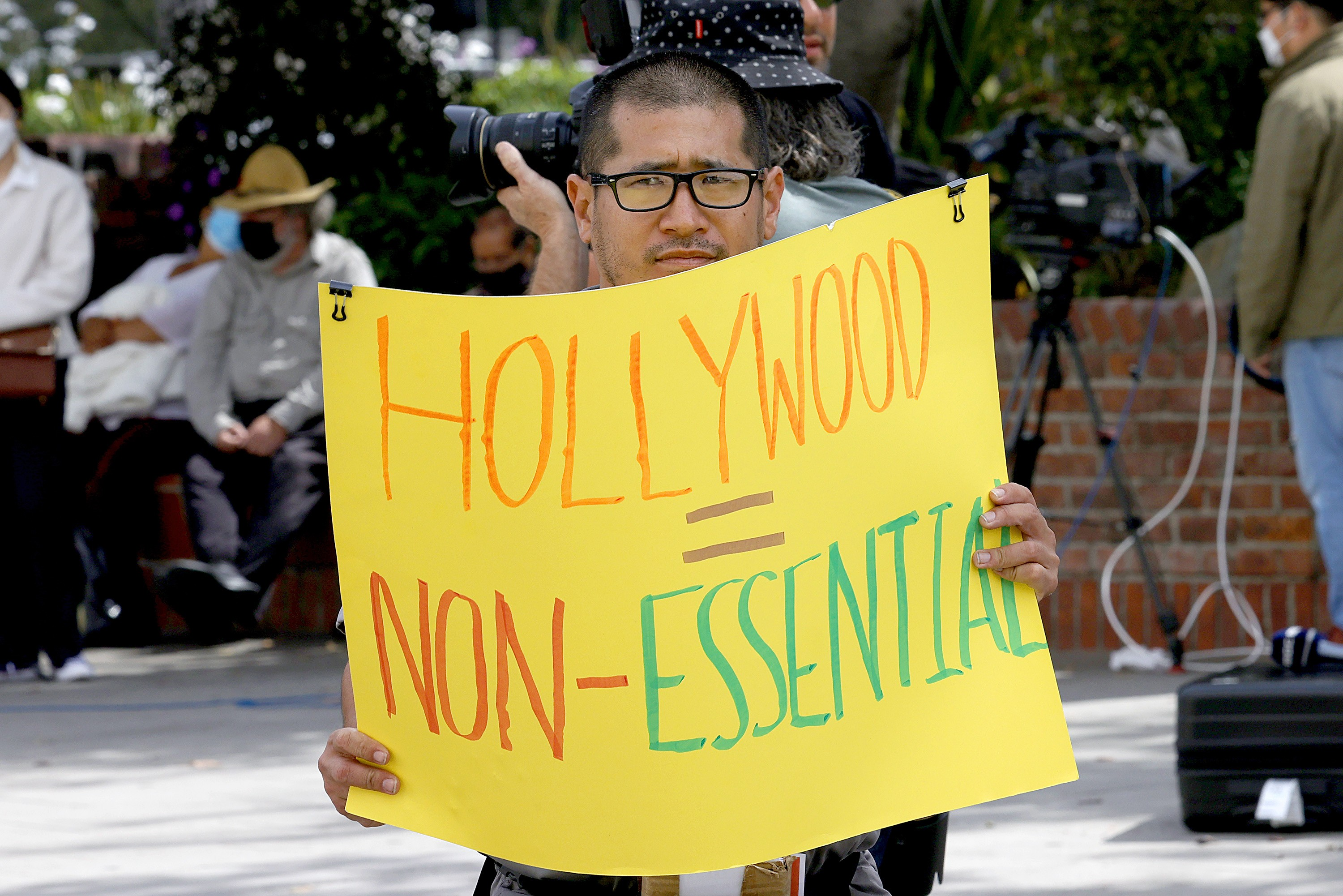 LOS ANGELES, CALIFORNIA - APRIL 25: Fans and protestors are seen outside the Union Station ceremony during the 93rd Annual Academy Awards on April 25, 2021 in Los Angeles, California. (Photo by Frazer Harrison/Getty Images) (Foto: Getty Images)