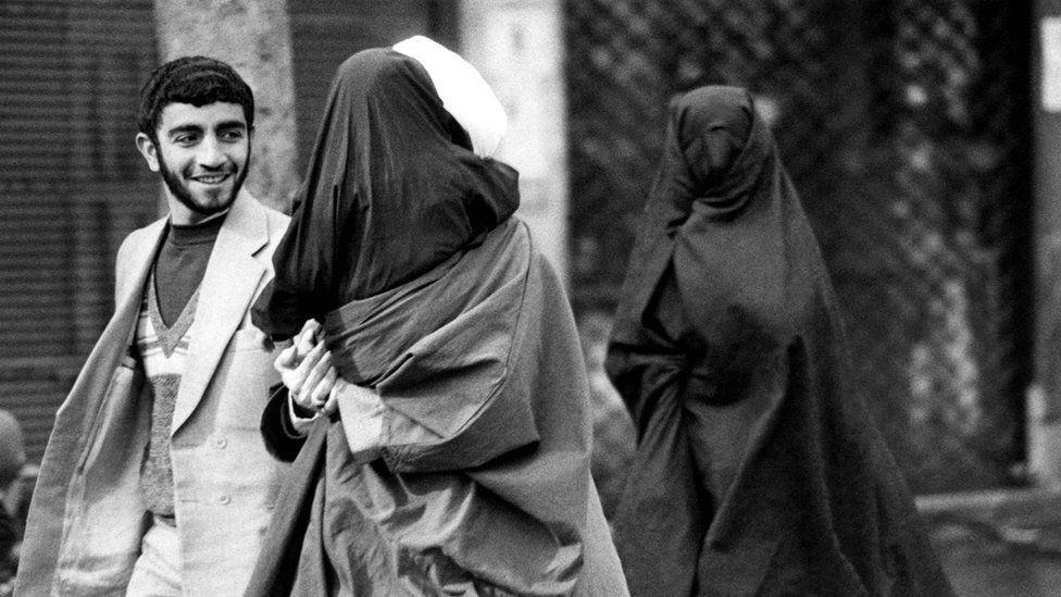 Família se dirige para as orações de sexta-feira em 1980 (Foto: Getty Images via BBC News)