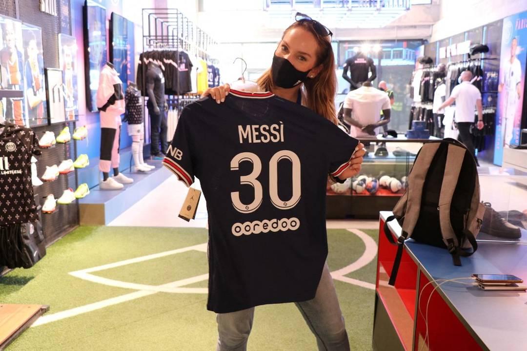 Torcedora do Paris Saint-Germain posa com a camisa de Messi