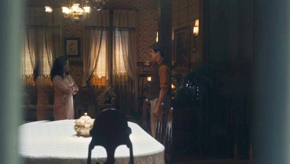 Lola (Gloria Pires) discute com Alfredo (Nicolas Prattes) — Foto: Globo
