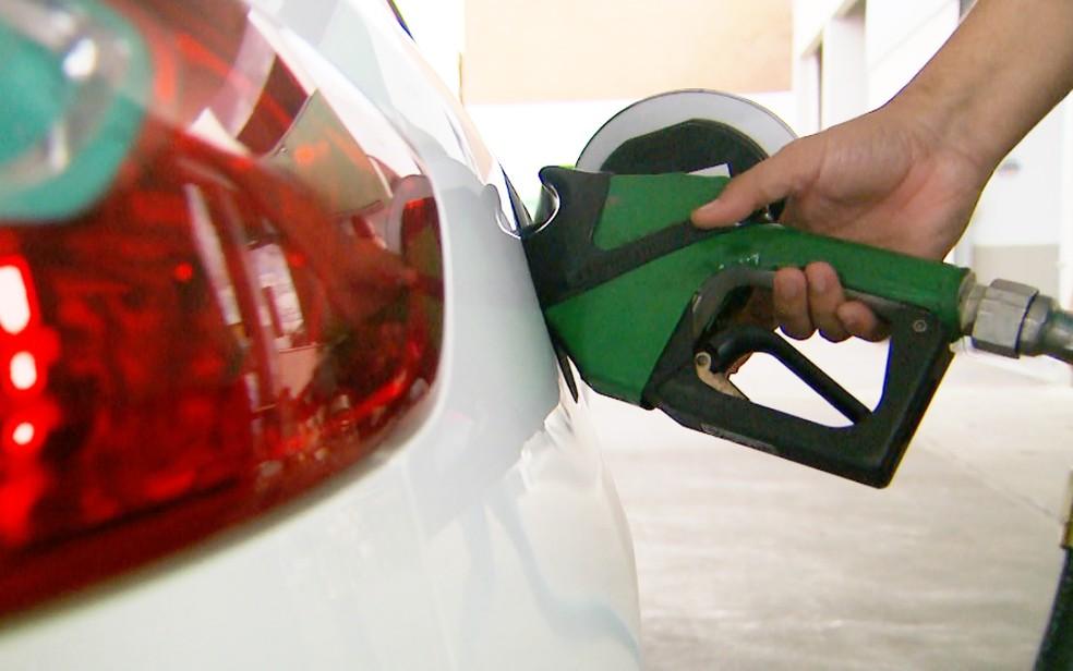 Gasolina ficou mais cara na semana passada e atingiu maior valor do ano (Foto: Alexandre Sá/EPTV)