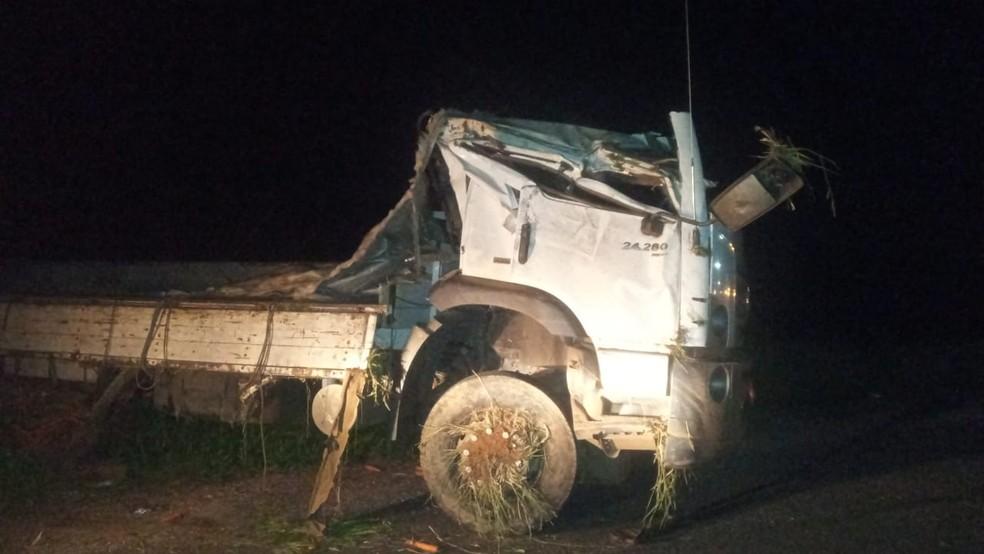 Cabine do caminhão tombado em Patrocínio ficou completamente esmagada — Foto: Polícia Militar Rodoviária/Divulgação