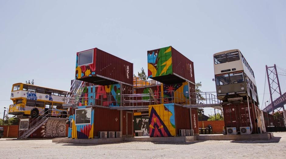 O Village Underground Lisboa é um coworking construído com ônibus e contêineres (Foto: Divulgação)