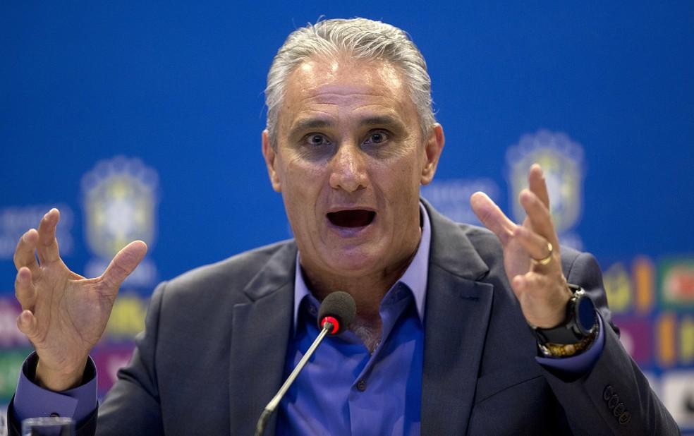 Tite protege seu time e nunca atribui a derrota a algum jogador em específico. — Foto: Silvia Izquierdo/AP