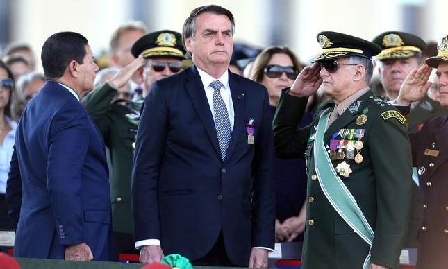 Jair Bolsonaro e militares em cerimônia do Dia do Soldado