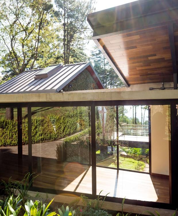 Um corredor de vidro conecta todos os pontos da casa (Foto: Andrés Asturias)