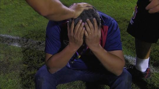 Com vitória do São Caetano sobre o Santos, Carlos, coordenador da base, cai no choro