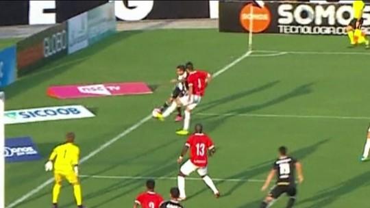 A Regra é Clara - 8º lance: bandeirinha acha que bola saiu e anula gol do Figueirense