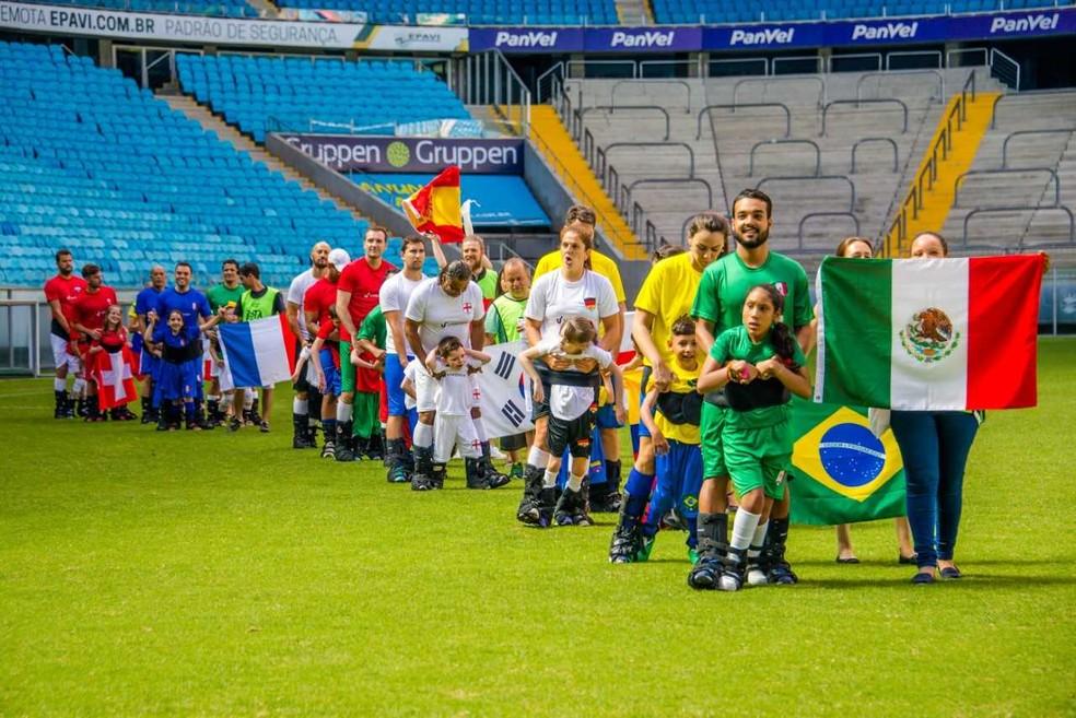Campeonato simula uma Copa doi Mundo com uniforme e premiação (Foto: Joe Beck)