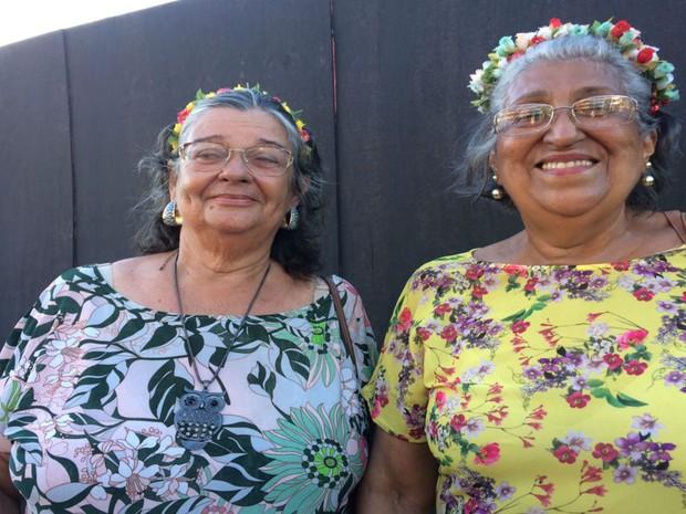 Aposentadas Elci e Ilze sustentam animação para encarar folia (Foto: Juliana Almirante/ G1)