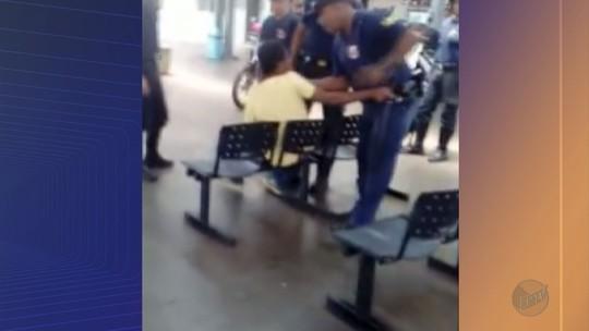Homem é agredido por guarda civil ao ser expulso da rodoviária em Sertãozinho, SP; vídeo