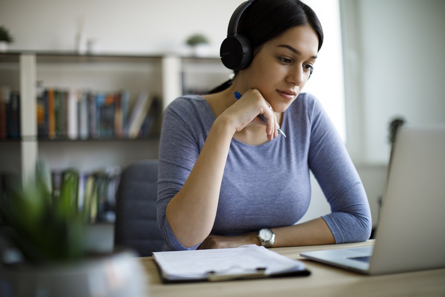 Young woman with headphones working from home (Foto: Getty Images)