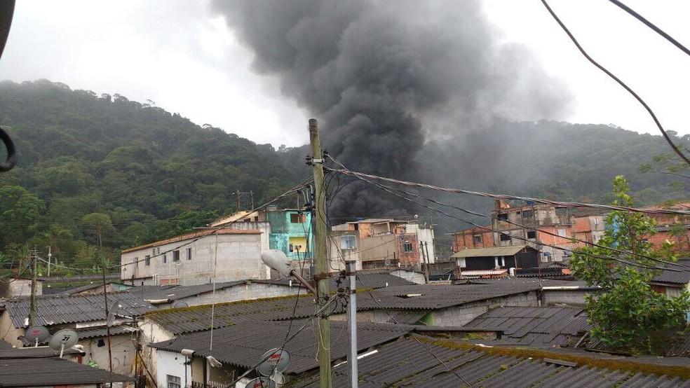 Ônibus foi incendiado na Vila Esperança, em Cubatão (Foto: G1)