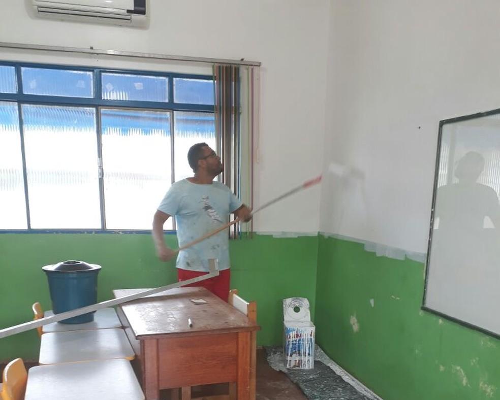 Um mutirão com pais, professores e outros profissionais foi realizado na instituição para realizar os reparos (Foto: Prefeitura de Ariquemes/Divulgação)