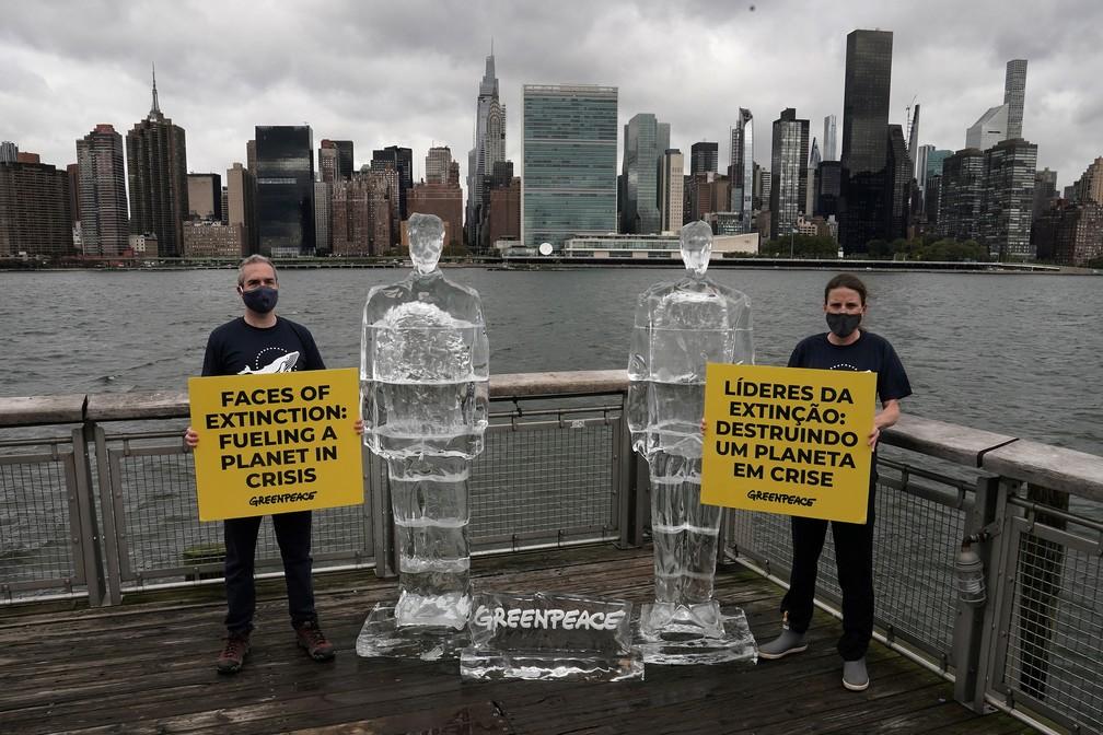 30 de setembro - Presidente dos EUA, Donald Trump, e o presidente Jair Bolsonaro são transformados em gelo em protesto do Greenpeace, em Nova York, EUA — Foto: Carlo Allegri/Reuters