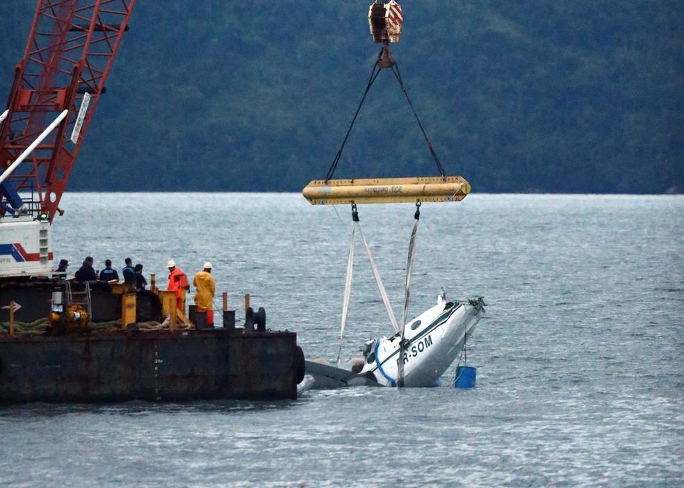 Guindaste iça os destroços do avião que caiu no mar com o ministro do Supremo Tribunal Federal (STF), Teori Zavascki, e mais quatro pessoas próximo à Ilha Rasa, a dois quilômetros de Paraty (RJ). O acidente ocorreu n (Foto: Fábio Motta / Estadão Conteúdo)