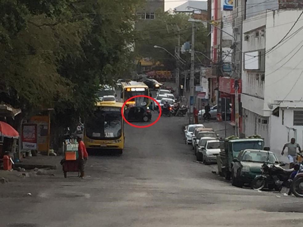 Os assaltantes estavam encapuzados e saíram de dentro de um carro — Foto: Mavian Barbosa/G1