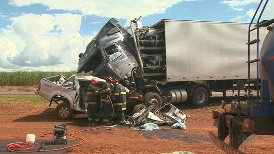 Motorista morre em batida com caminhão em Luiz Antônio, SP