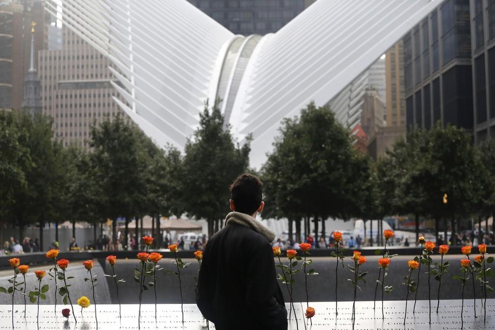 Homem observa flores colocadas no World Trade Center durante cerimônia em memória às vítimas dos ataques terroristas de 2001 em Nova York (Foto: Mark Lennihan/ AP Photo)