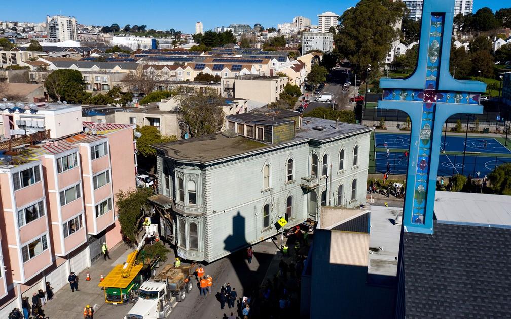 Casa de 139 anos é transportada para mudar de endereço em San Francisco, nos EUA, no domingo (21) — Foto: AP Photo/Noah Berger