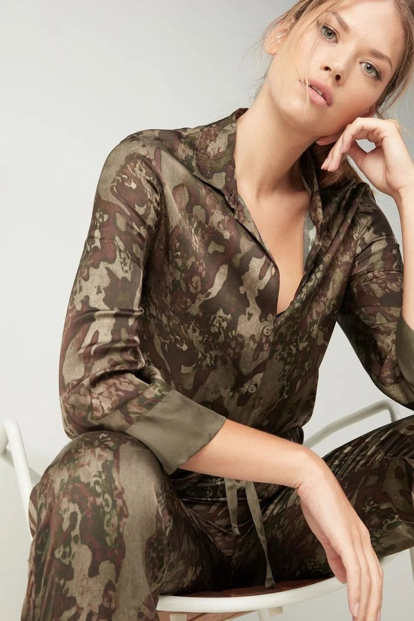 Versão em cetim de viscose da Intimissimi desdobra camuflagem em versão estilizada para camisa (R$ 339) e calça modelo jogger (R$ 279), ambos no site da marca. (Foto: Reprodução/Intimissimi)