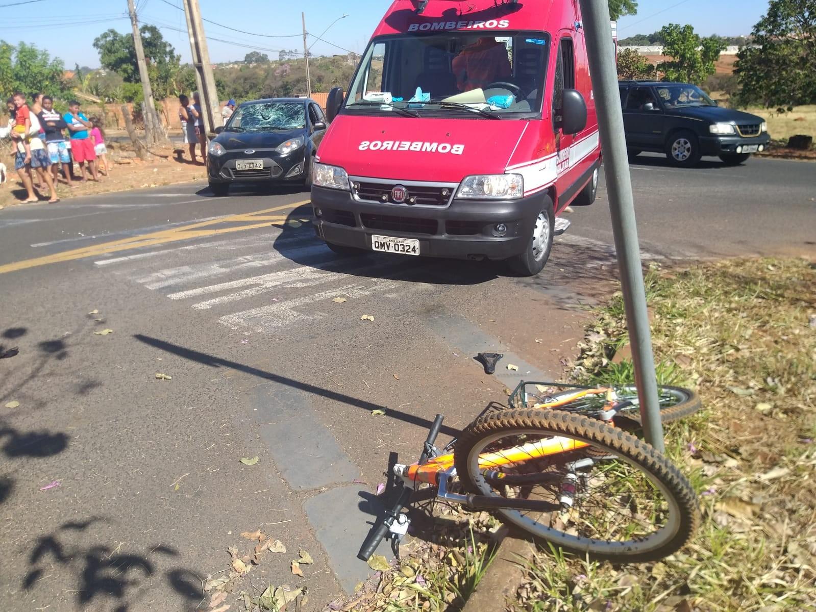 Primos ficam feridos em batida entre bicicleta e carro em Uberaba