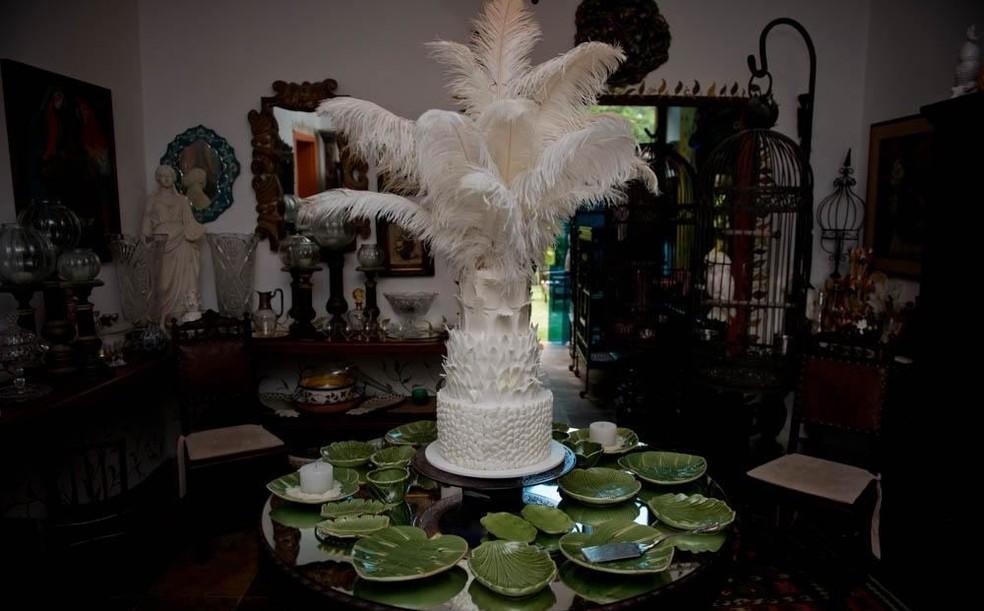 O bolo da festa tinha o formato de abacaxi, com 3 andares e um topo com plumas de avestruz albino — Foto: Diana Brizzi