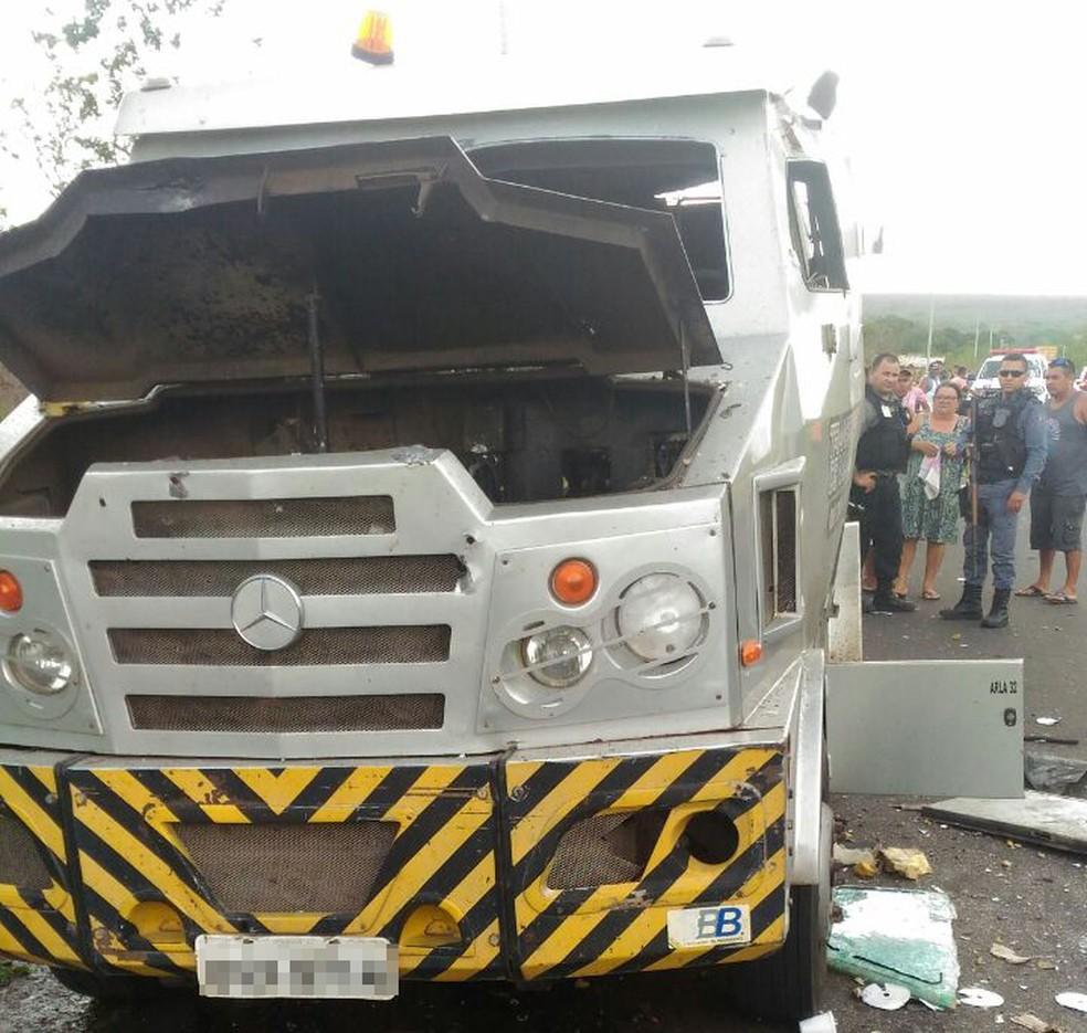 Carro-forte foi alvo de tiros de fuzil e assaltantes levaram o dinheiro no Maranhão (Foto: Divulgação/Polícia Civil)