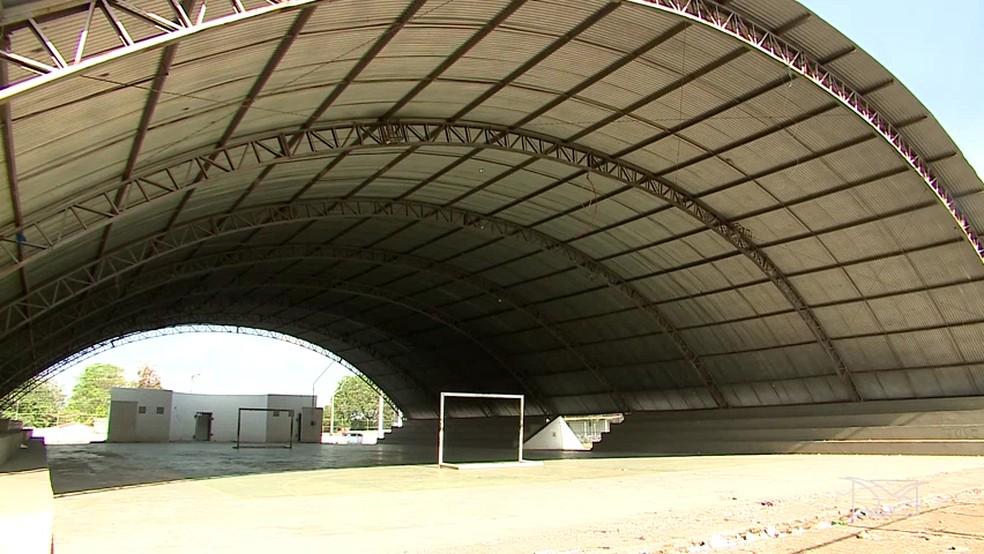 Recursos destinados a Educação estão sendo usados para construção de ginásios de esporte no MA (Foto: Reprodução/TV Mirante)