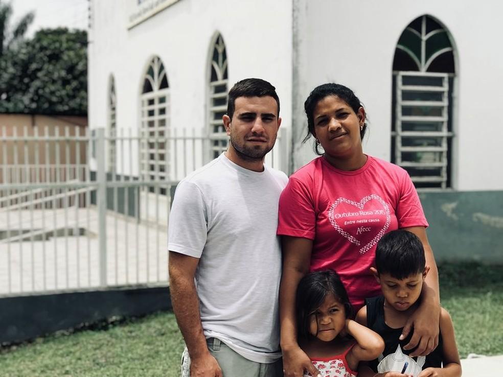 """Steven ao lado da mulher Rosana e dois dos três filhos: 'Estamos muitos agradecidos"""" (Foto: Alan Chaves/G1 RR)"""