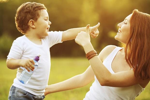 felicidade; mãe; filho; roupa branca (Foto: Thinkstock)