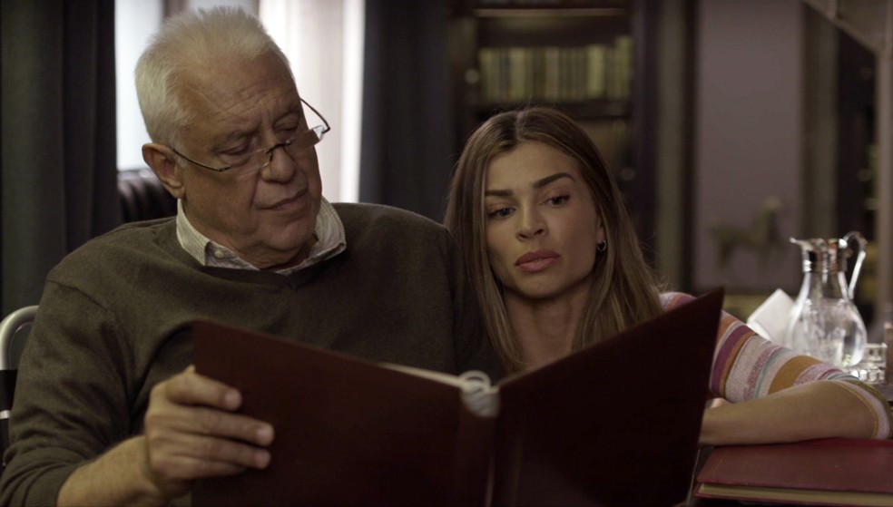 Alberto (Antonio Fagundes) conversa com Paloma (Grazi Massafera) sobre seu passado — Foto: Globo