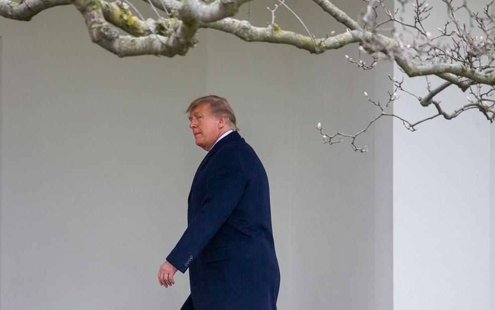 O presidente dos EUA, Donald Trump, caminha em direção ao Salão Oval ao retornar à Casa Branca em 31 de dezembro, após interromper sua viagem de Ano Novo a Mar-a-Lago, em Palm Beach — Foto: Tasos Katopodis/Getty Images/AFP