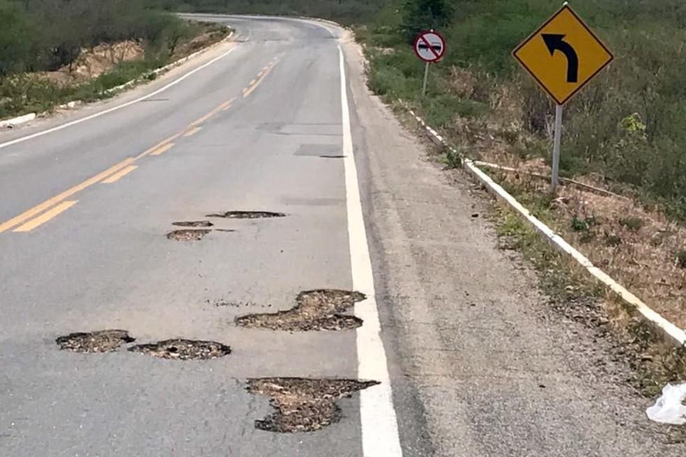 Há vários buracos no trecho da BR-226 entre Triunfo Potiguar e Campo Grande (Foto: Divulgação/MPF)