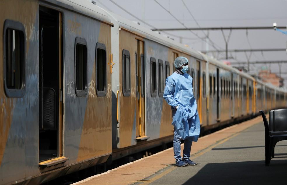 Trabalhador de saúde descansa em estação de trem improvisada como centro de vacinação contra a Covid-19 em East Rand, na África do Sul, em 27 de agosto de 2021 — Foto: Siphiwe Sibeko/Reuters