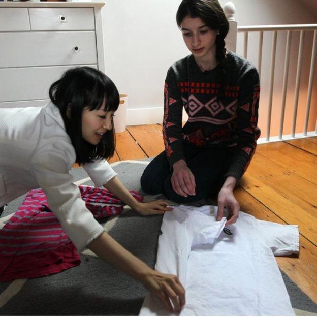 No programa, Marie Kondo ensina as pessoas desorganizadas como, por exemplo, dobrarem suas roupas (Foto: Getty Images via BBC News Brasil)