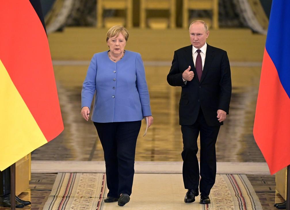 Angela Merkel e Vladimir Putin em 20 de agosto, durante a última viagem da alemã a Moscou antes de deixar o poder — Foto: Sergei Guneev/Reuters