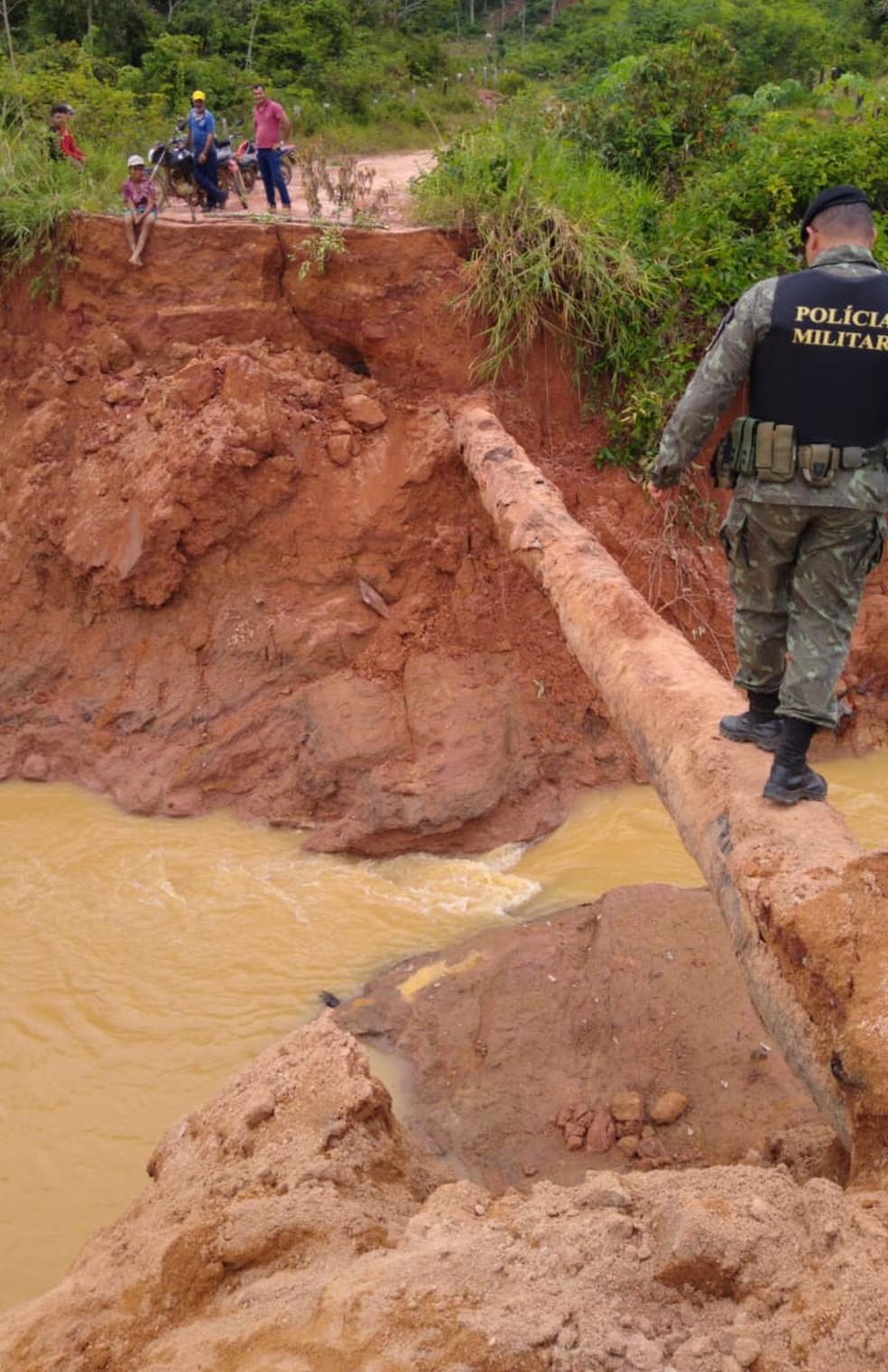 Barragem rompeu nesta sexta-feira (29) em um distrito de Machadinho D'Oeste.  — Foto: Divulgação/Polícia Ambiental